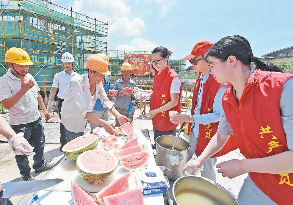 义乌党员志愿者给建筑工人送清凉