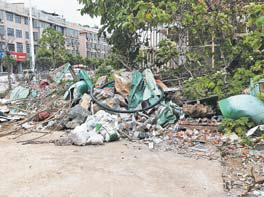 """义乌城西夏桥路与圣寿路拐角区块""""遍地垃圾"""""""