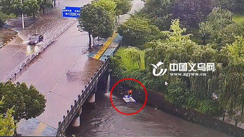 突发 | 义乌西江桥边防洪堤塌方 4人被困江中