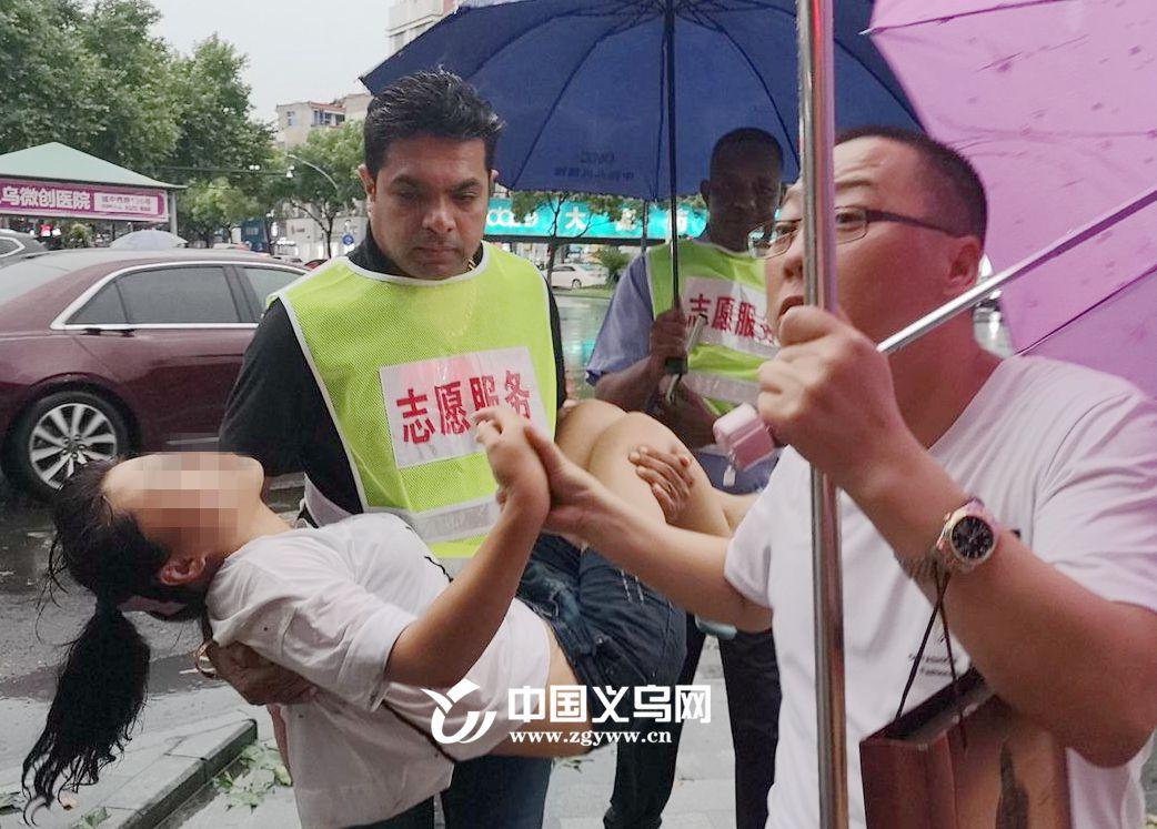 """【十八力】暴雨中女子突然晕倒 义乌外籍志愿者""""暖心一抱"""""""