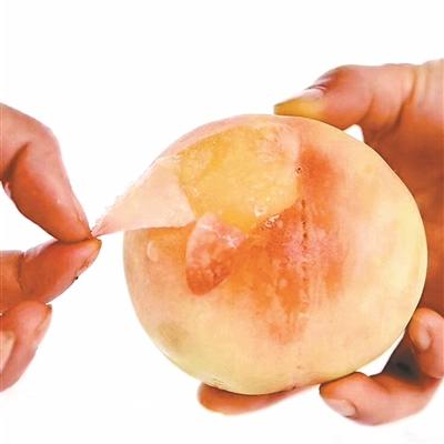 水蜜桃、黄桃争相上市 礼盒装桃子走俏市场