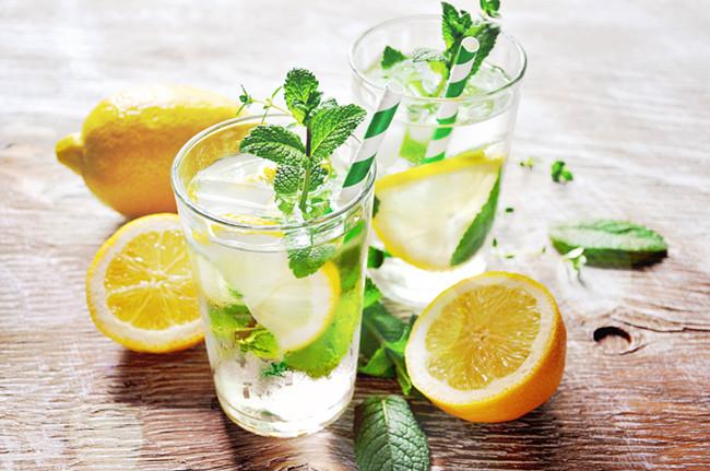 你还在每天喝热柠檬水吗?真信它能治所有癌症?让我们告诉你真相