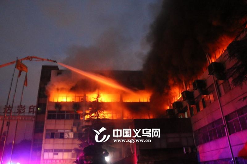 义乌一制衣厂凌晨突发火灾 消防官兵奋战三小时成功处置