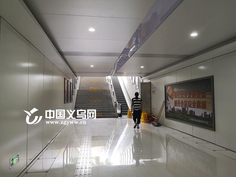 """义乌南门街地下通道成""""花瓶"""" 行人寥寥无几"""