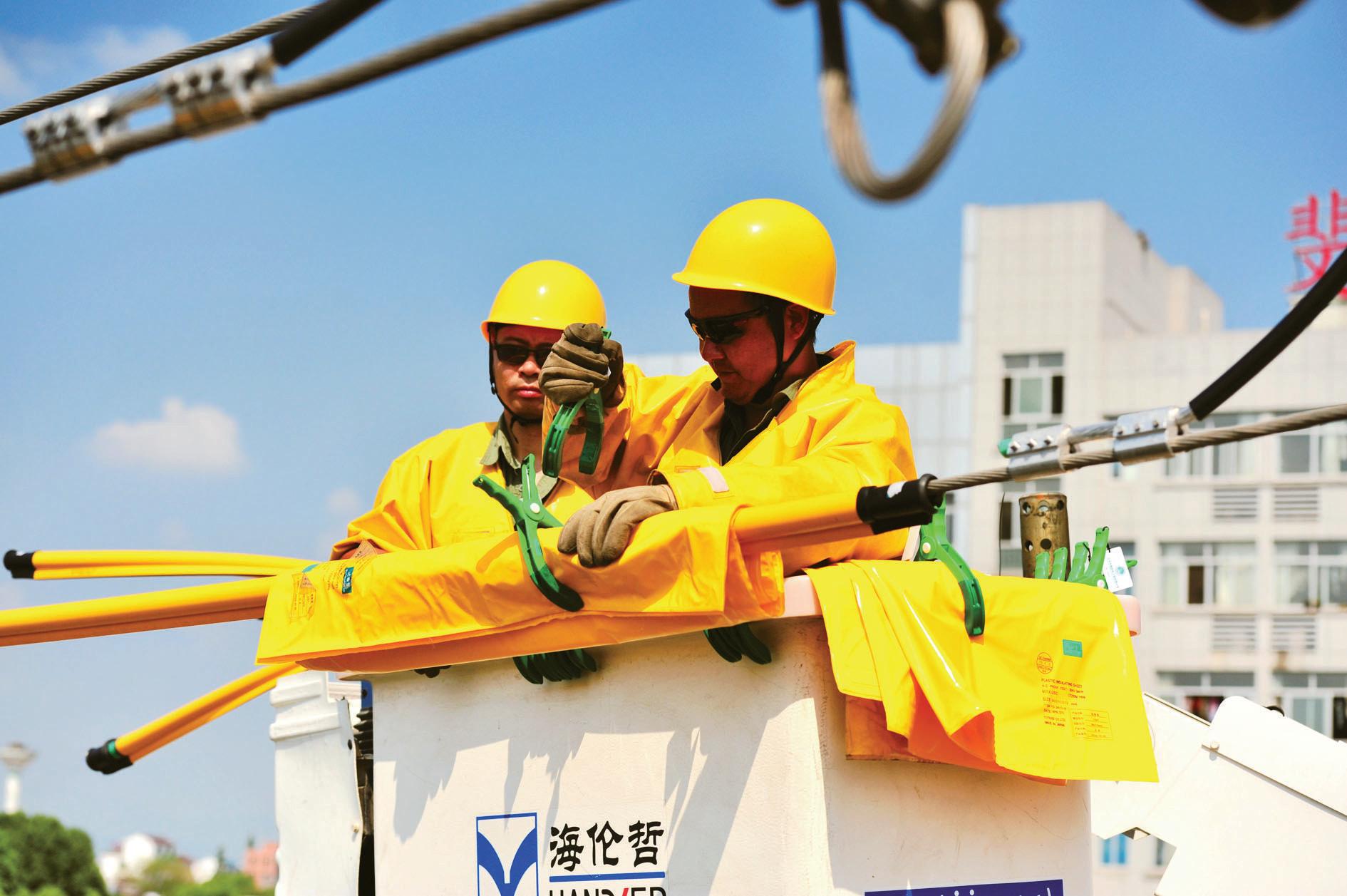 义乌电力工人带电作业保供电