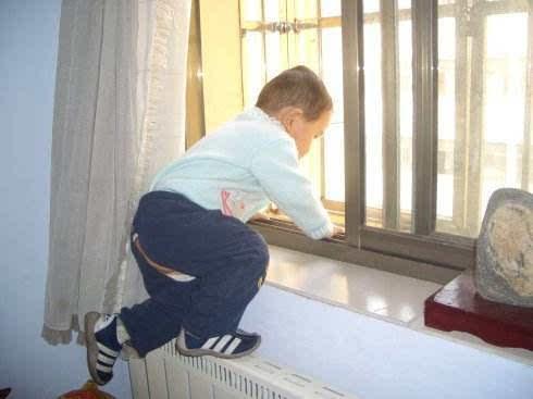 """""""小候鸟""""借道窗户跌落受伤 为孩子安全将门加锁"""