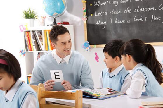 长了张欧美脸就来教英语? 其实三分之二都是假外教