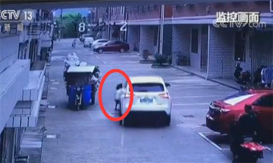 【央视】浙江义乌:小孩被卡车底 男子施救受伤不言悔