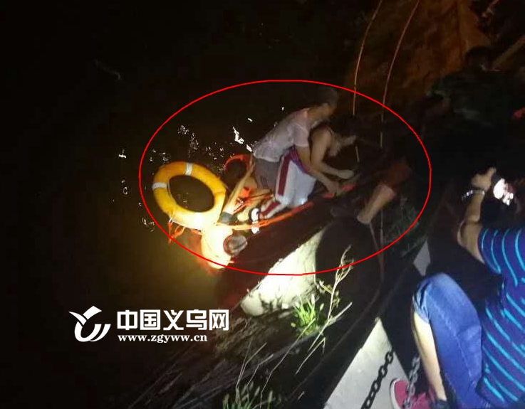 【十八力】轻生女子摔晕在义乌江中 救援人员一秒都没耽搁跳了下去