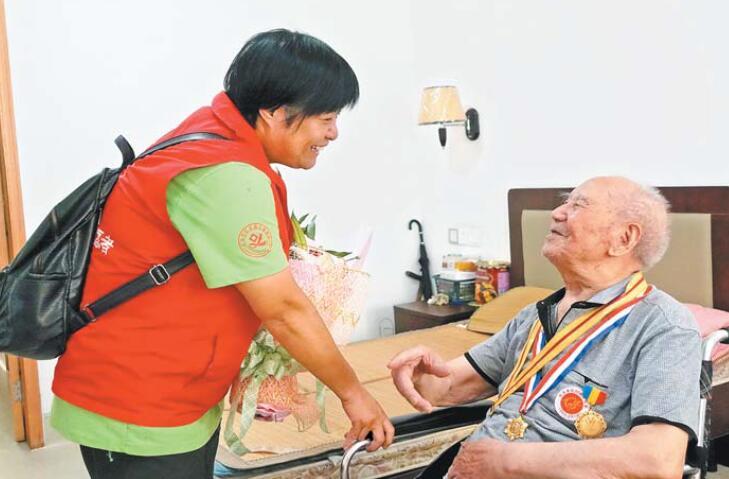 关爱老兵 铭记历史 义乌志愿者为25名抗战老兵送去纪念礼物