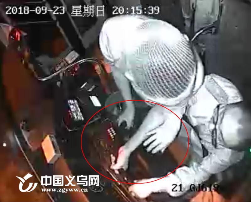 义乌21路公交车上醉汉突然抢夺司机方向盘 原因令人大跌眼镜