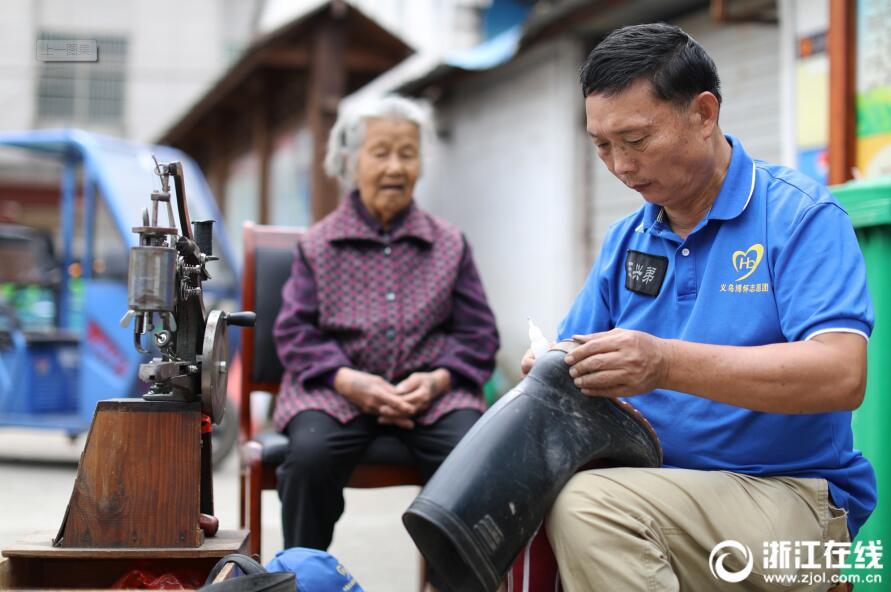 【浙江在线】义乌修鞋匠坚持20余年做公益