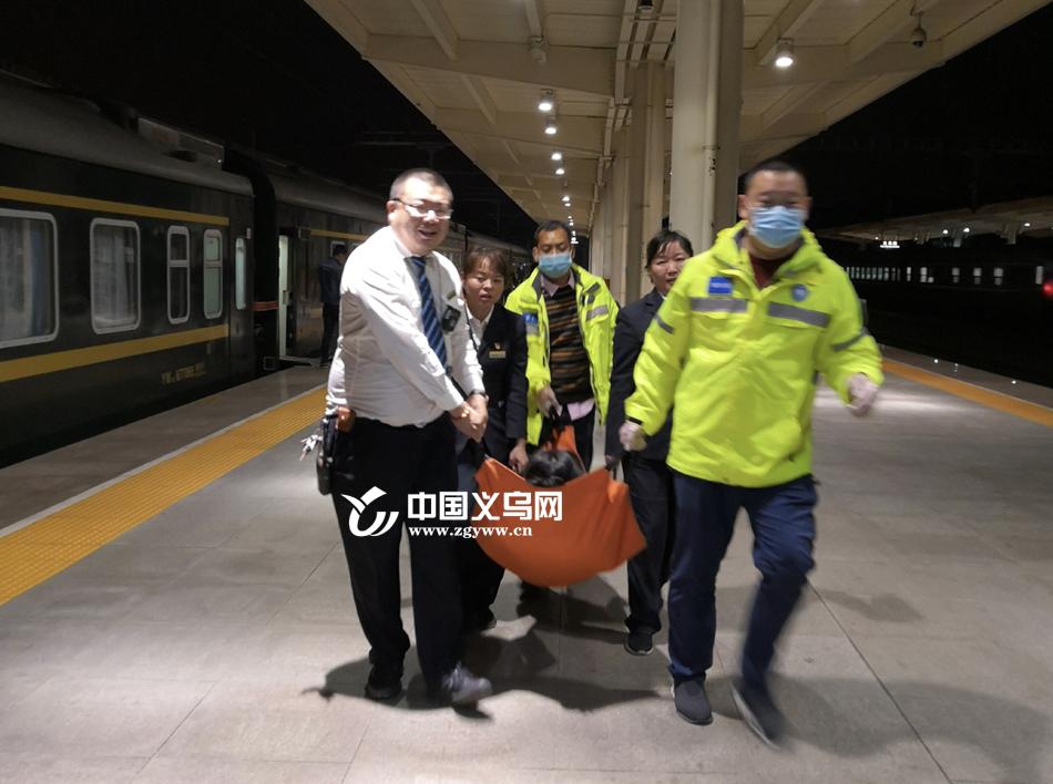 【十八力】孕妇在列车上肚痛突然 众人相助顺利在义乌生产