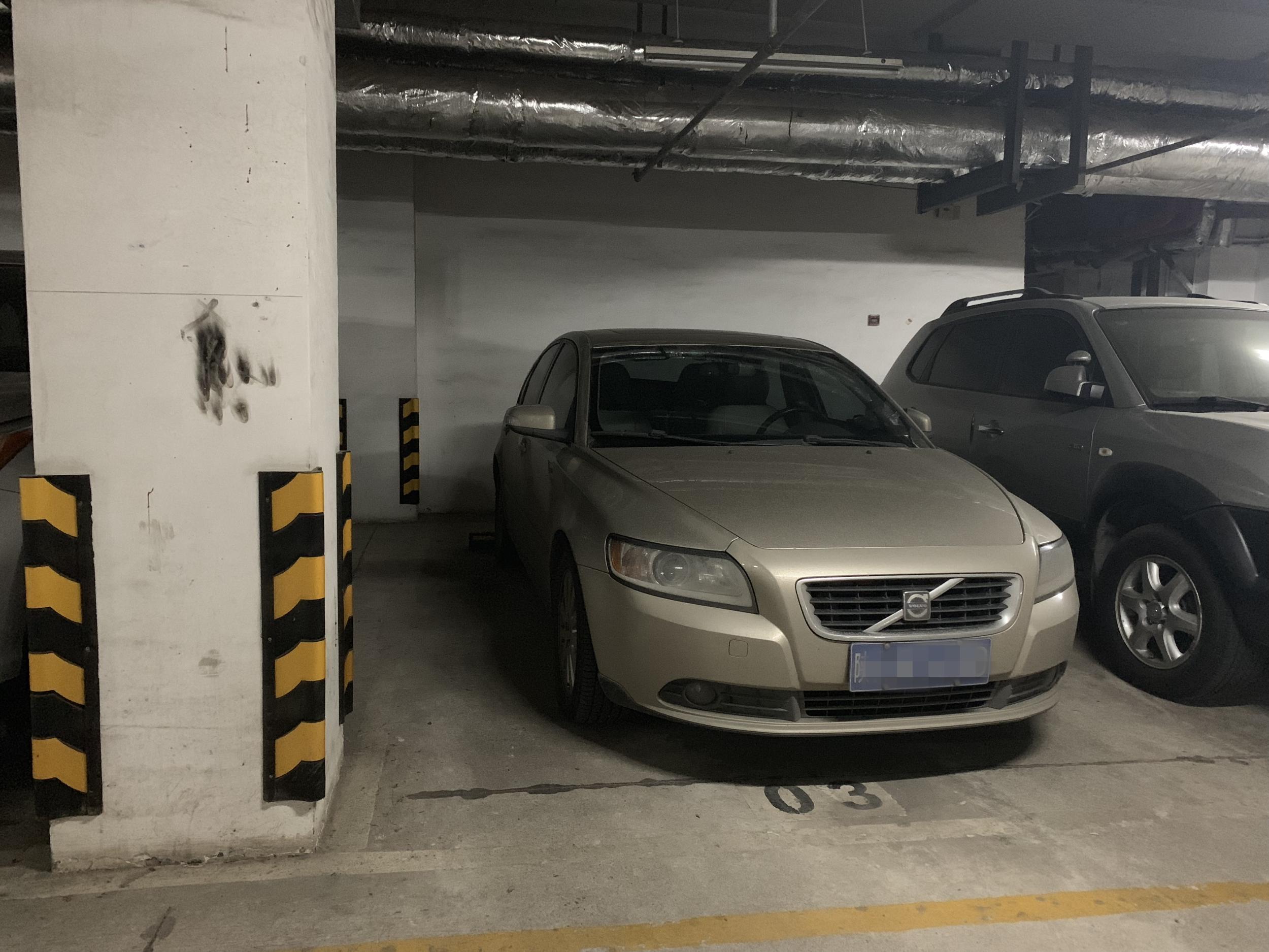 公共停车位常被私占 义乌鹏城小区住户:找个车位咋这么难