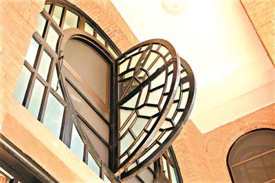 探秘中山大学老建筑:窗花如蝶翼 地砖会透光