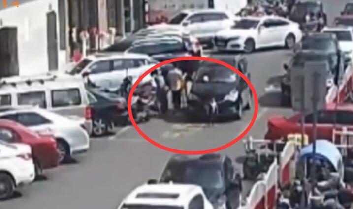 视频 2岁男童被卷入车底 义乌交警:家长责任不可推卸
