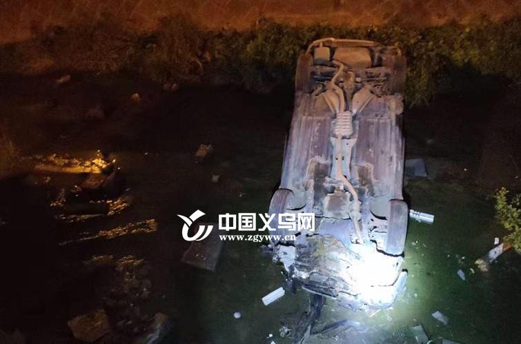 【十八力】小车深夜撞断护栏翻入小溪多人被困 2分钟内20名警察参与救援