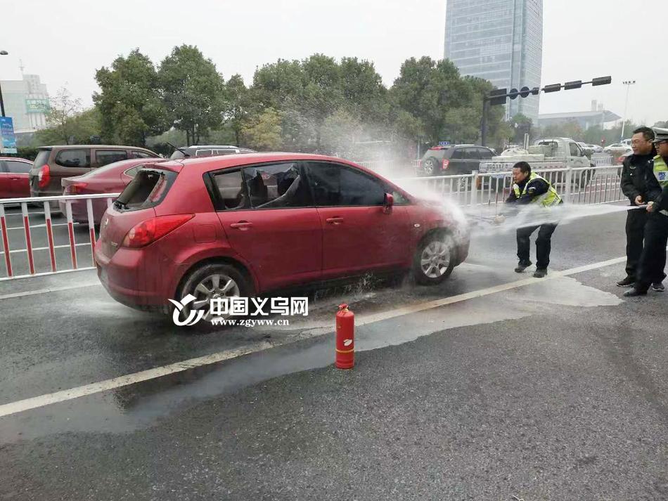 【十八力】轿车追尾后自燃 义乌交警果断砸窗救出昏迷司机