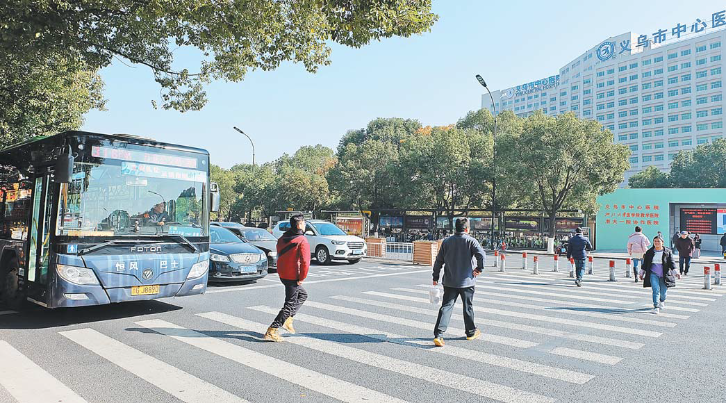 义乌公交车斑马线前礼让率达95% 车辆文明让行已成常态