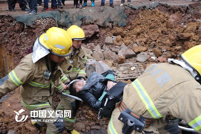 女子搬货途中不慎摔入两米深坑 义乌消防泥路上百米冲刺救援