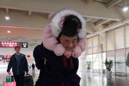"""【十八力】温暖春运路 义乌火车站现最美""""背客人"""""""