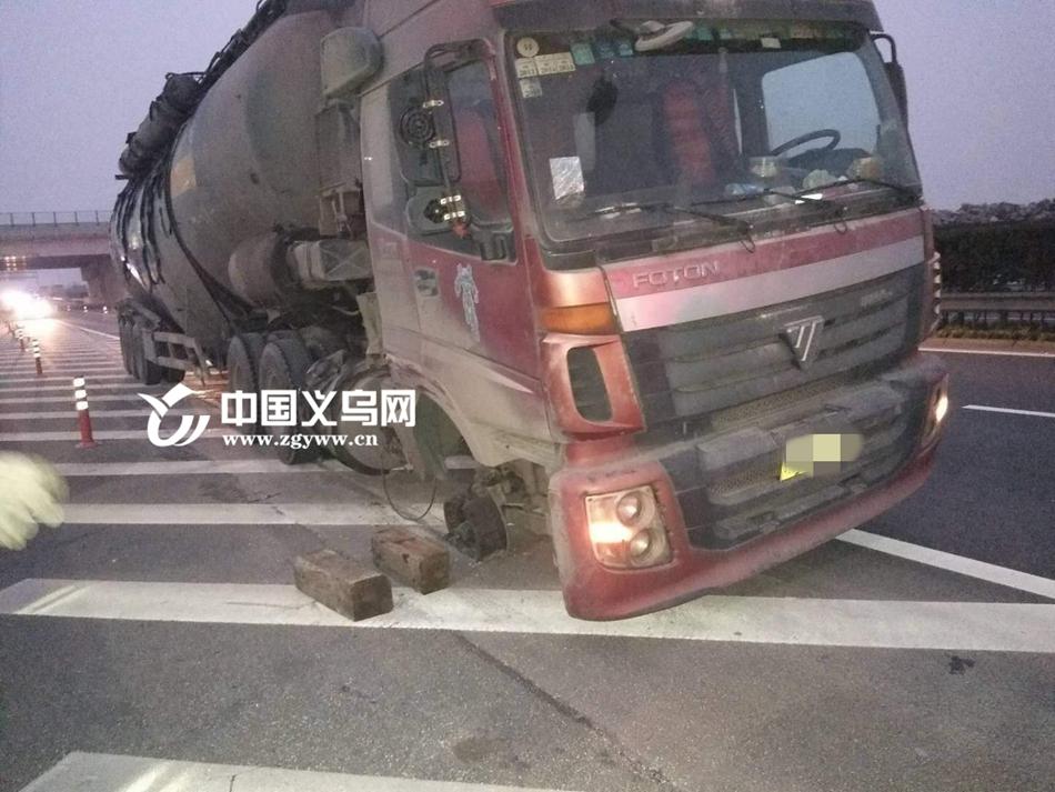 """一路火花带闪电!高速上水泥罐车突然""""瘸""""了 驾驶员上演教科书式处置"""