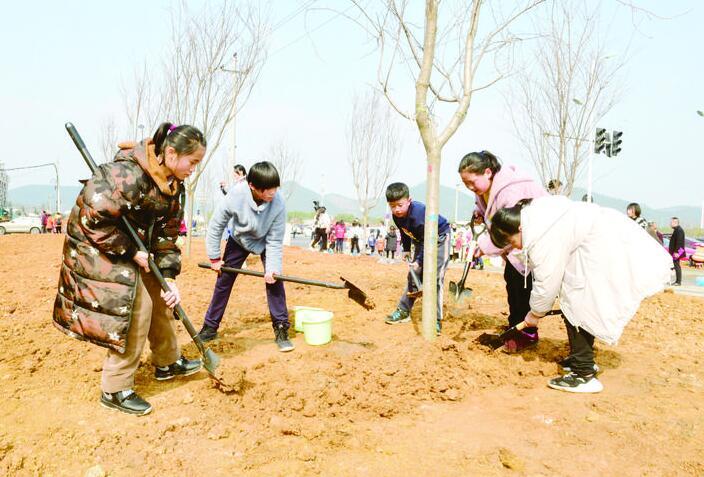 义乌举办文明创建公益植树活动