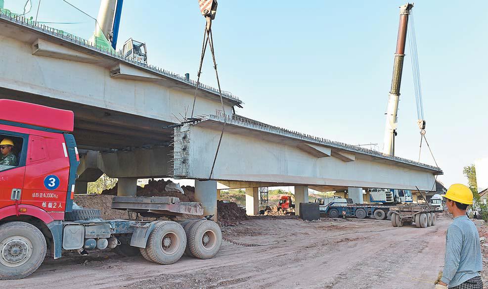 义乌国贸大道二期预制T梁架设完成