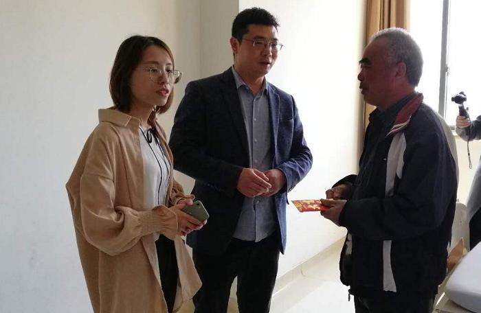 义乌热线党支部探望因患尿毒症陷入困境的朱月仙