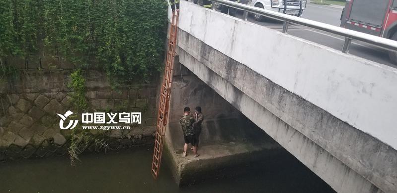 落水外籍女子被困桥墩 义乌消防成功营救