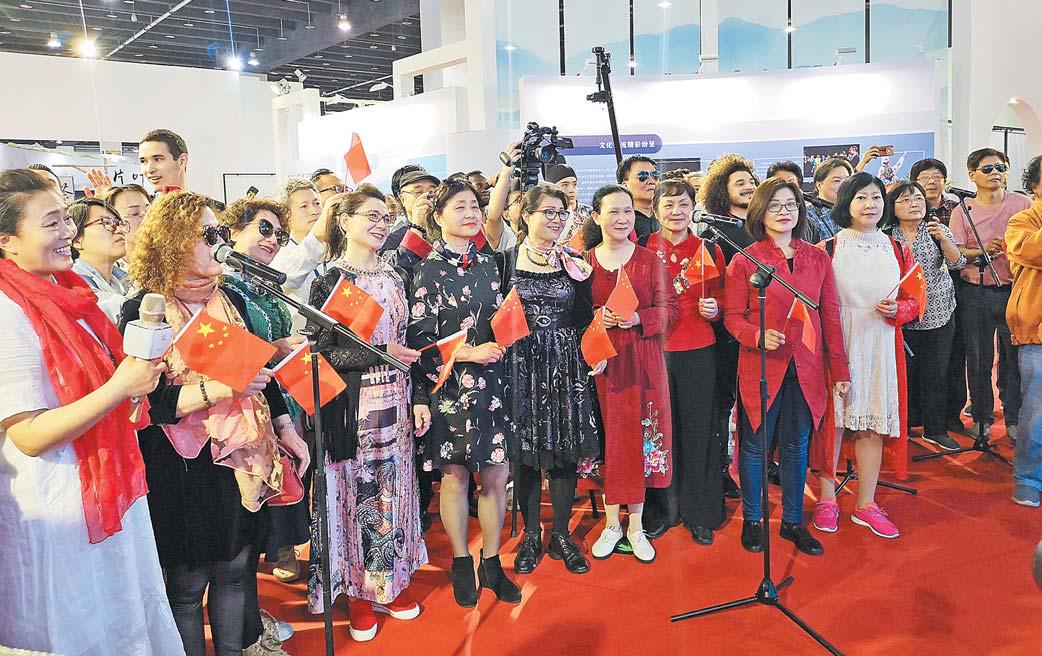 中外友人歌唱中国