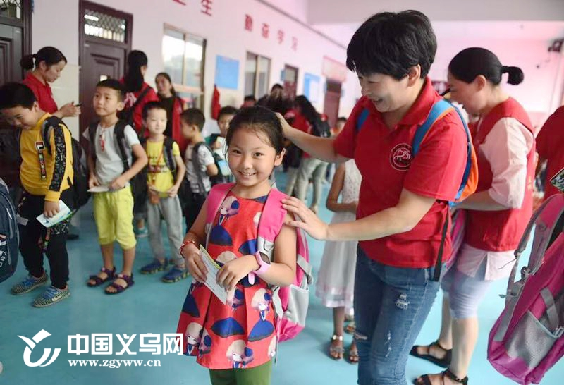 义乌稠城街道通惠社区:爱心书包传千里 慈善公益暖人心