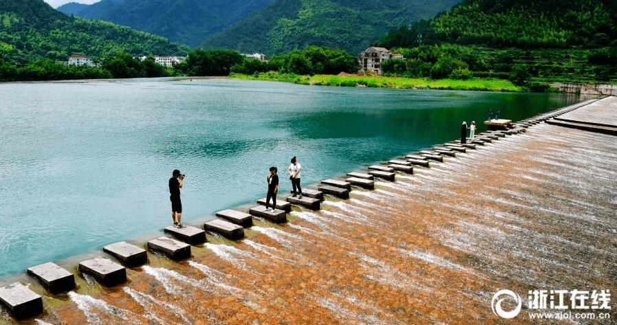 仙居:溪水凉爽引客来