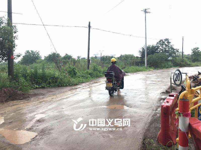 义乌一村道泥泞不堪遭村民抱怨 本网采访后已开始修复