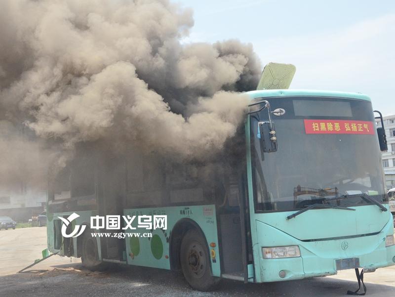 """车辆起火如何逃生?义乌消防模拟实验""""硬核""""支招"""