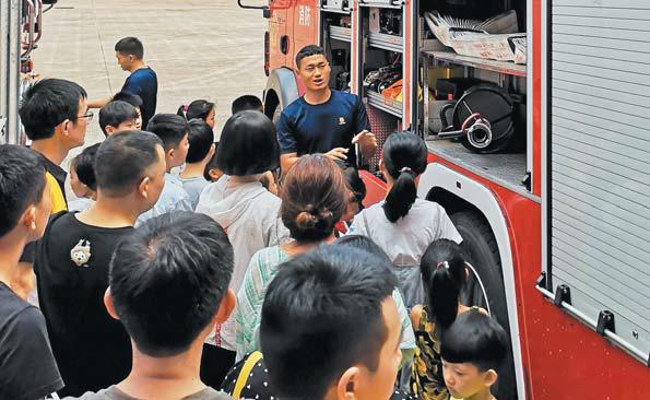 小学生走进消防救援支队体验消防队员的工作和生活