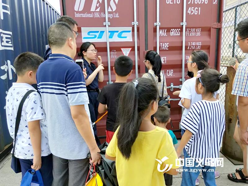 """最高可达60℃!义乌新媒体小记者走进集装箱接受""""烤验"""""""