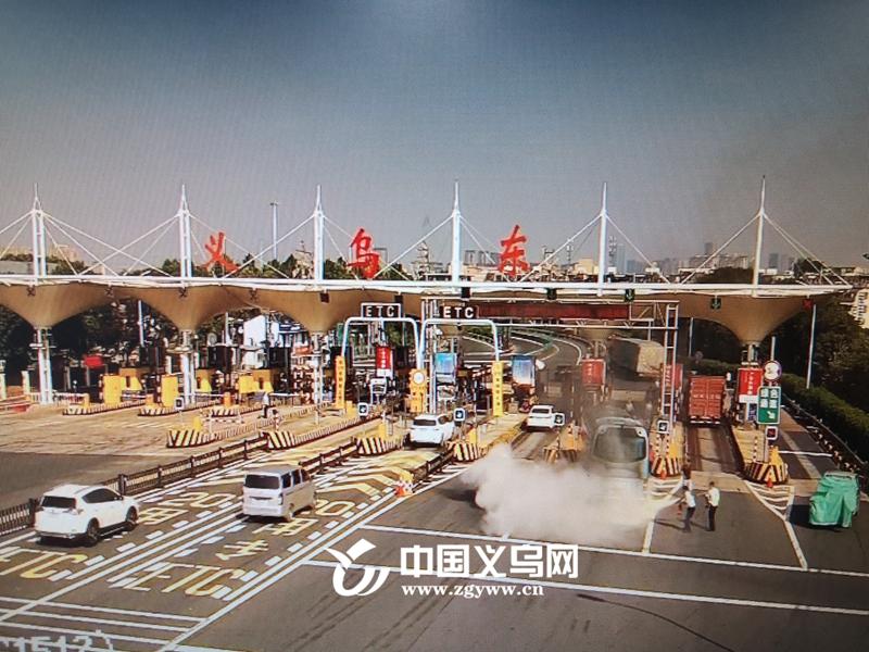 【十八力】旅游大巴在高速收费站突然起火 56名老人被安全撤离