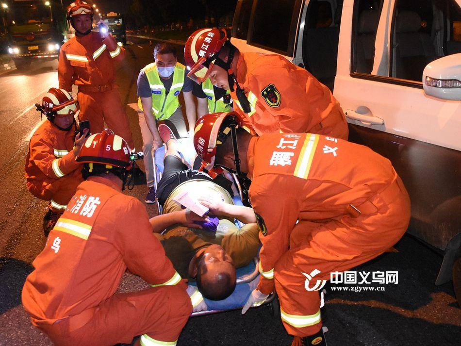 """深夜两车相撞一人被困 义乌消防员""""零工具""""巧施救"""