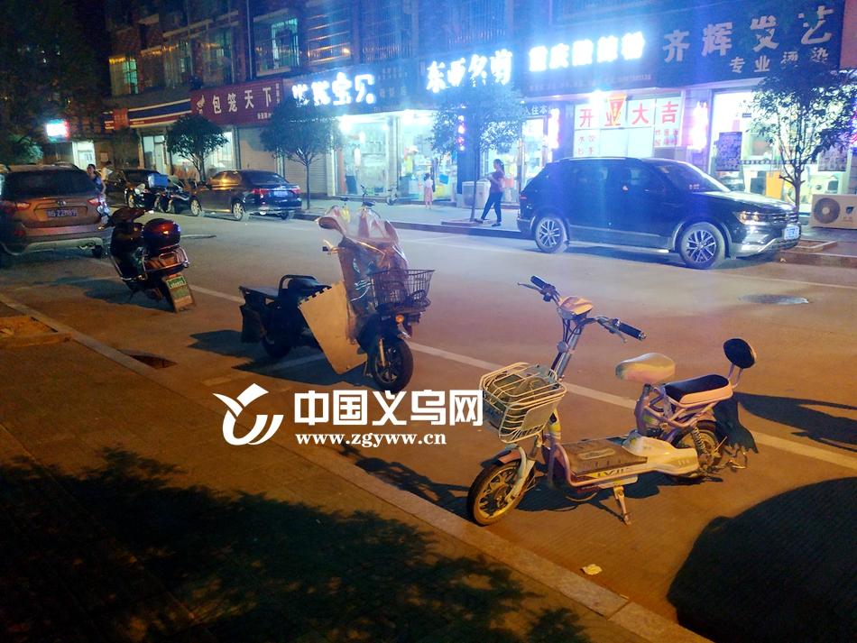 """公共停车位变""""自留地"""" 义乌部分小区居民遭遇停车难"""