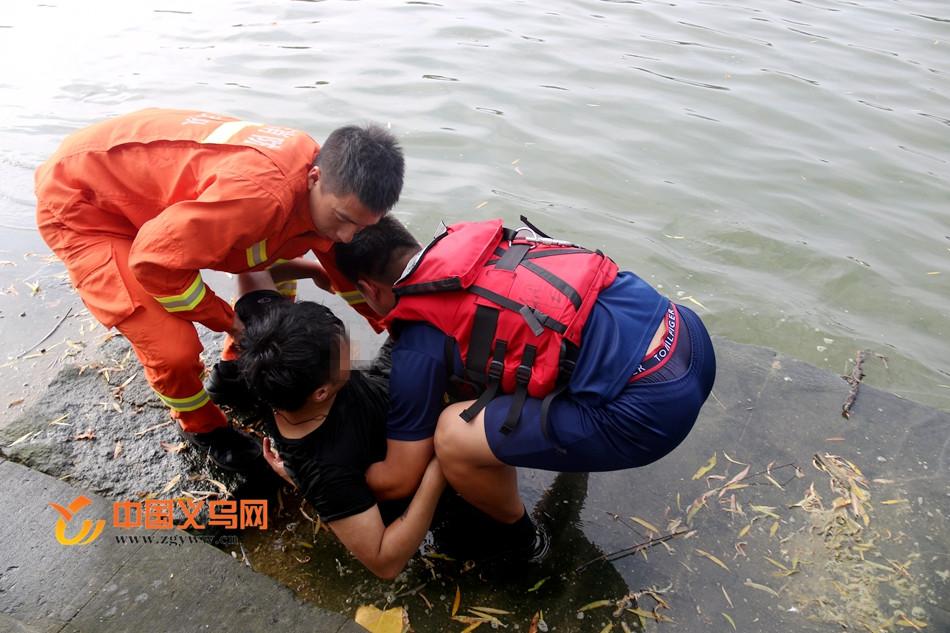 视频 | 义乌一男子不堪压力跳江轻生又后悔 公安消防合力营救开解