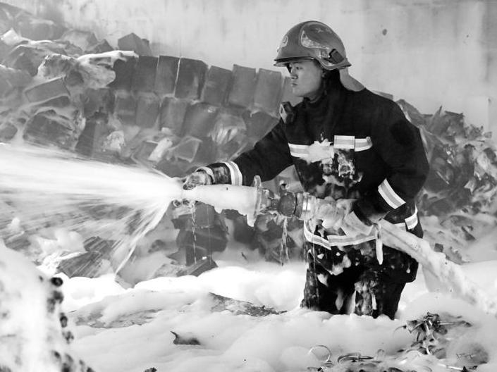 """不怕死的""""救火英雄""""""""阿健""""被称为最""""美""""消防员"""
