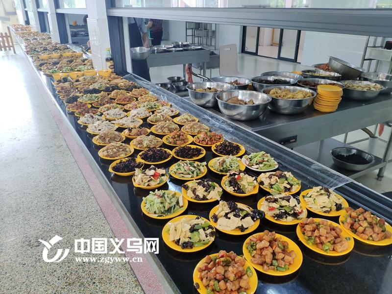 网曝义乌三中学生吃不饱饭?记者走进食堂核实:供应充足!