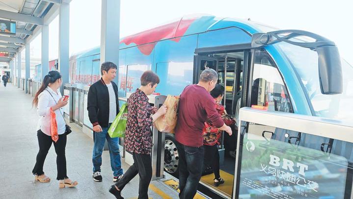 """向祖国致敬 义乌""""国庆""""主题全彩绘公交车亮相街头"""