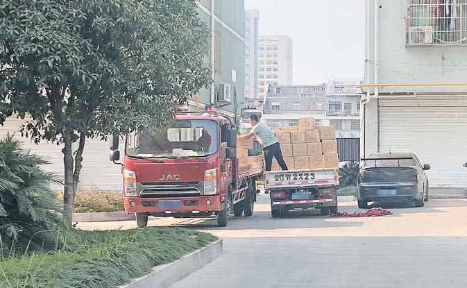 义乌江东街道江南三区:货车随意停 装卸煞风景