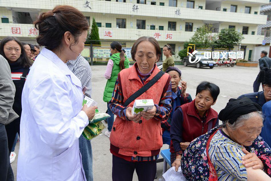 热心公益 �驮�医院专家团走进大凉山送健康活动圆满成功