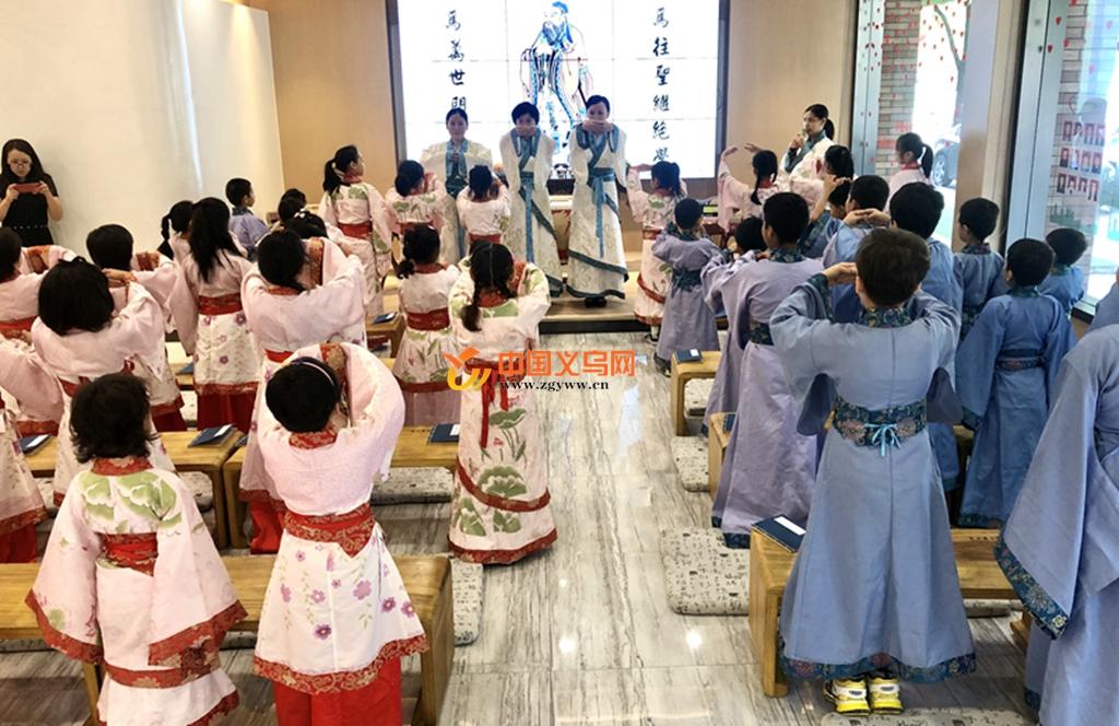 义乌江东街道30多名少数民族儿童着汉服学国学祝福祖国
