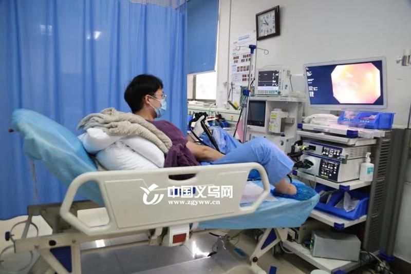 义乌这个医生好疯狂,他自己给自己做了个肠镜……