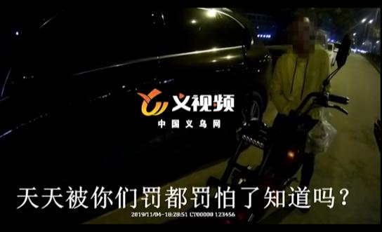 義烏男子騎車未戴頭盔被罰 他說戴頭盔會亂了發型?!