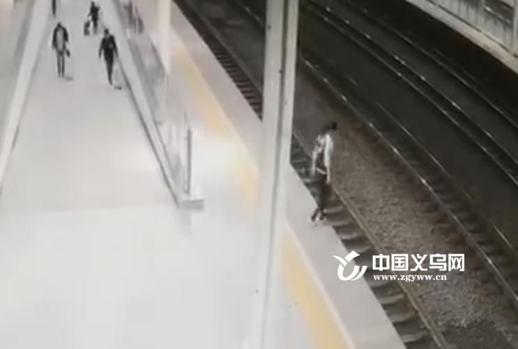生死50秒 义乌铁路客运员救起轻生旅客